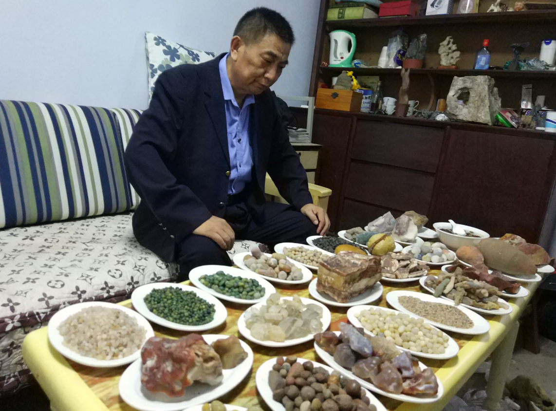 郑州列车员到处搜集石头 历时多年做成一桌石头宴
