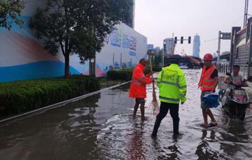 致敬郑州暴雨中坚守的身影