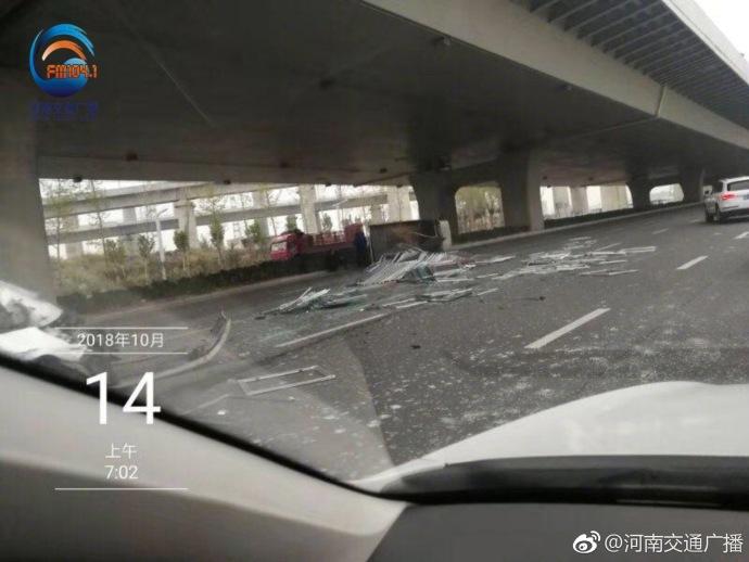 郑州107辅道发生两车事故 货车拉载玻璃窗散落一地