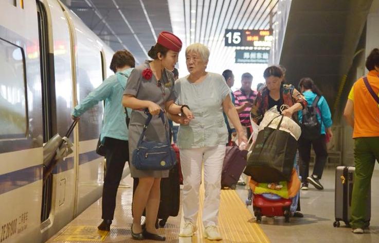 小长假首日迎来铁路高峰 郑州10万人次坐高铁出行
