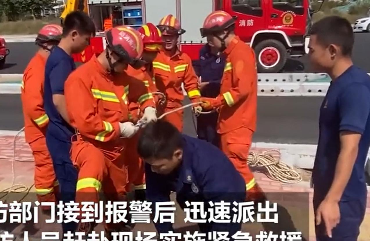 男孩散步时不慎坠入6米水沟 消防员边安慰边施救助其脱险