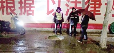 雨夜里郑州街头窨井盖遗失 热心人电车大灯派上用场