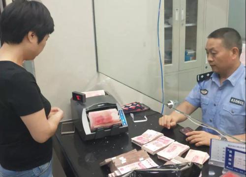郑州:老赖还现金被质疑掺假钞 执行干警拿验钞机查验