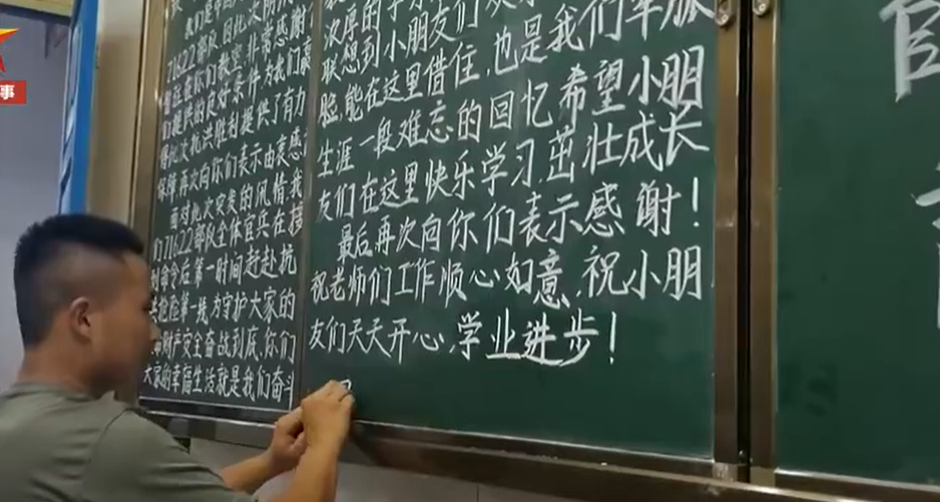 信阳:抗洪战士撤离前 打扫借宿学校还画了板报