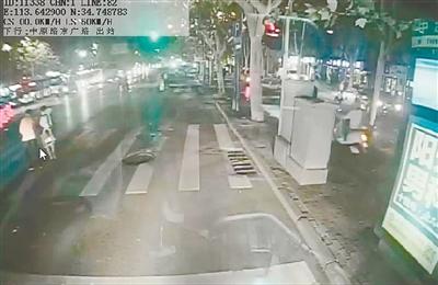 郑州街头公交车长搀盲人过马路 乘客为他竖起大拇指