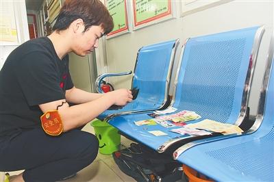 郑州公交车长捡钱包通知失主 对方还浑然不知