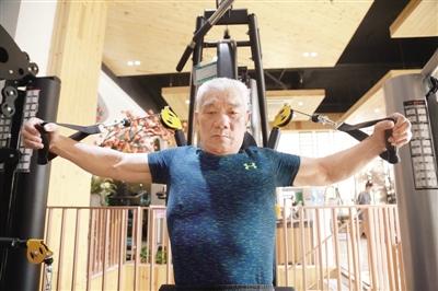 郑州八旬大爷玩健身 调侃施瓦辛格肌肉不如自己