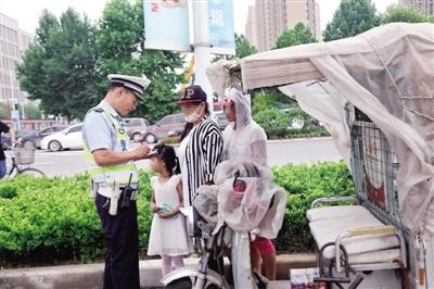 郑州女子骑电动三轮逆行带娃看病 车被扣交警帮送医