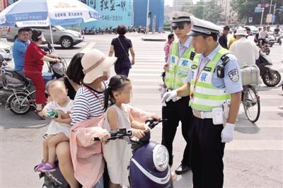 郑州交警严查电动车搭载多人 违规将被处20元罚款