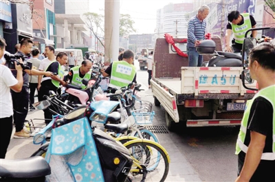 郑州二七商圈占道非机动车位取缔 其他路段逐步推行