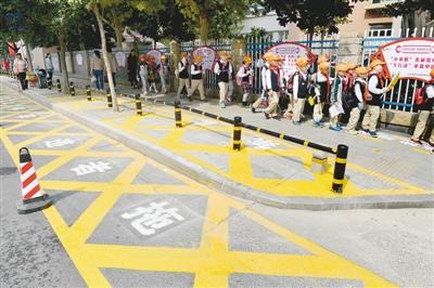郑州这所小学门口划出禁停区域 学生专用通道