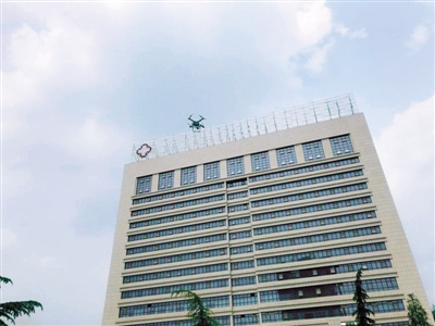 无人机取证楼顶私搭乱建 郑州这家医院态度逆转