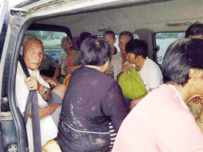 惊呆!郑州街头核载8人面包车竟塞了15人被交警拦停
