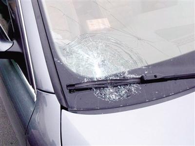 河南:高速上货车掉下小石子 轿车前挡风玻璃被击碎