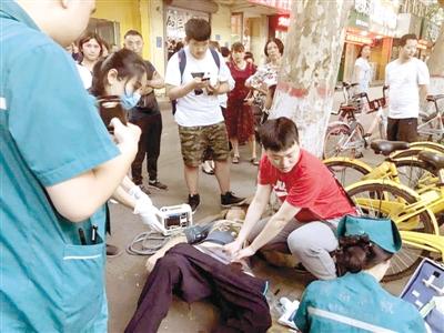 郑州高中生骑车摔伤大腿 这名医生举动感动众人