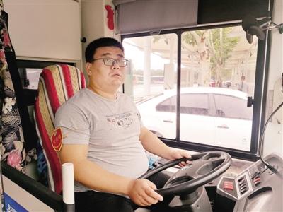 1.5万个赞!郑州公交车长搀盲人过马路网络走红