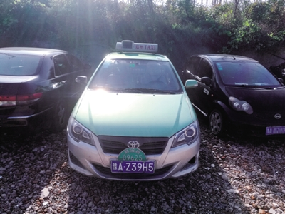 郑州私家车喷绿漆变成黑出租 一个落网一个还在跑