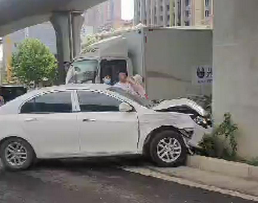 郑州陇海路京广路两车相撞 一车冲入花坛一车四脚朝天