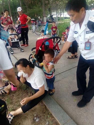 郑州女子带孙子游玩突然晕倒 巡防员路过及时救助