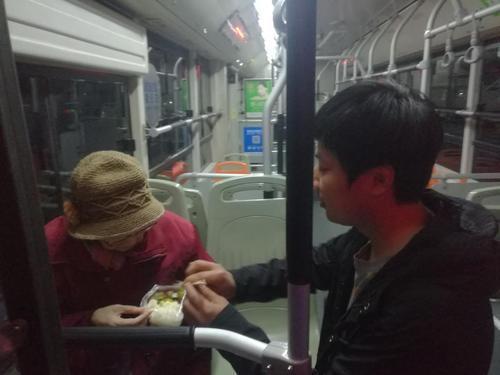 郑州老人深夜走丢 携带的定位器帮了大忙