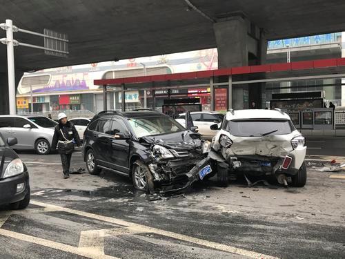 郑州闹市下桥口5车连撞 一人受伤入院治疗