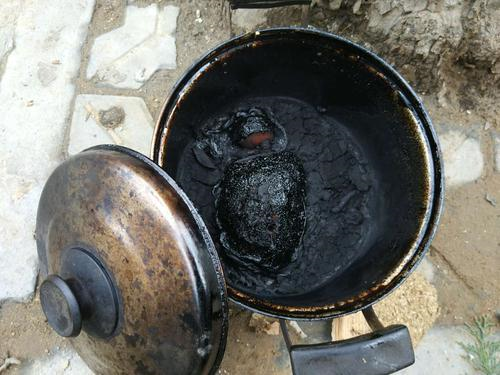 老人楼下聊天竟忘了厨房在煮肉 锅起火冒烟吓坏邻居