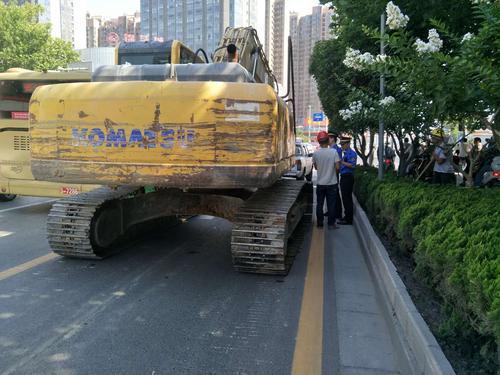 郑州:履带工程车违规上路破坏路面被查处