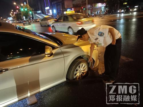 郑州街头窨井盖子突然飞起 路过轿车一头栽了进去
