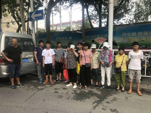 郑州:小面包车核载7人 结果竟然拉了12人
