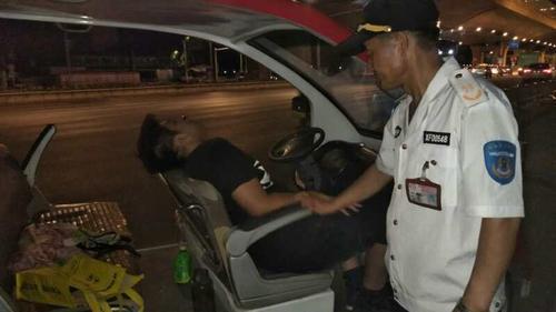 郑州男子醉倒街头弄丢手机 正迷糊遇上一群好心人