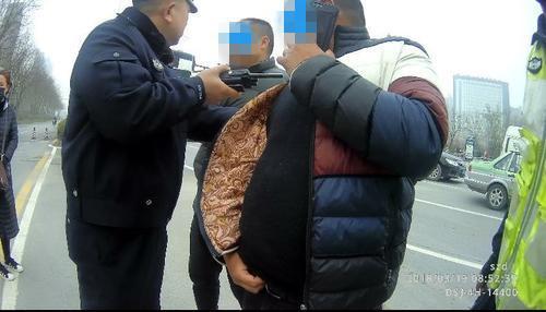 客车司机摔伤 让无证儿子顶替营运被交警查扣