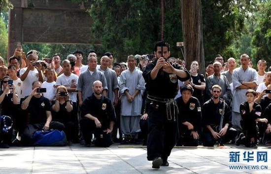 7月1日,美国少林拳法联盟的学员在进行软鞭表演。
