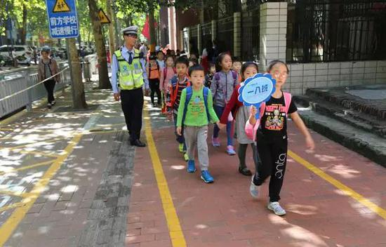 郑州交警开通上下学交通安全通道 保护学生生命安全