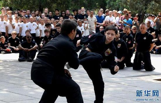 7月1日,美国少林拳法联盟的学员在进行武术表演。