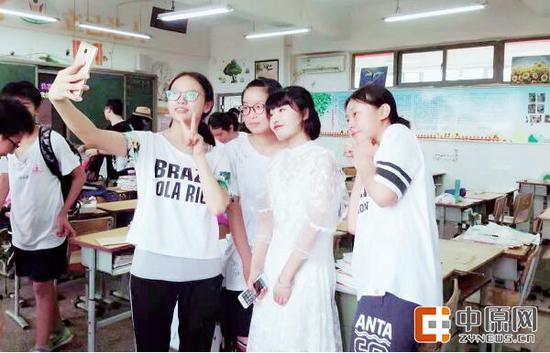 程倩老师(右二)和学生一起自拍