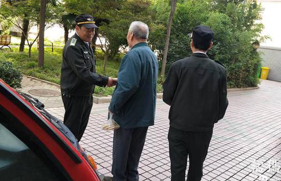 郑州88岁老人出门买烧