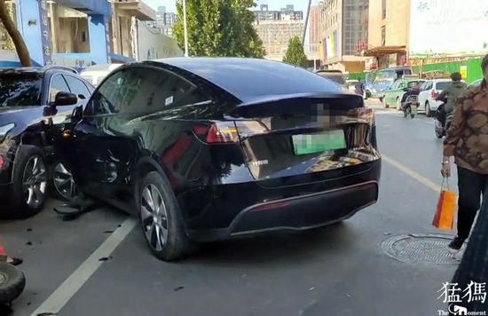 郑州一轿车猛冲出地下车库 连撞三车后被逼停