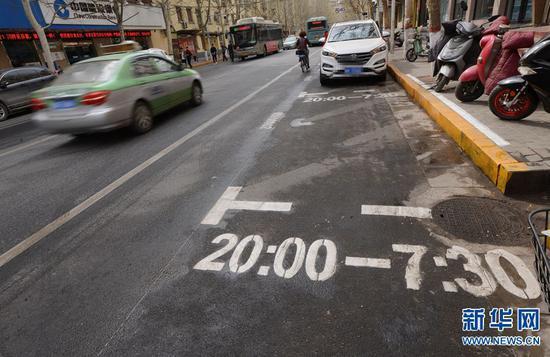 3月22日,郑州市金水区经八路上,一辆机动车经过一个限时免费停车位。