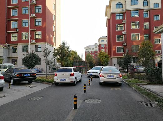 记者看到,小区6米左右的道路中央被设置了大约50公分高的防撞柱。