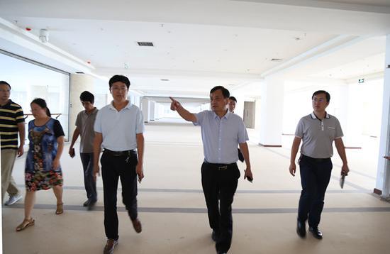 校长刘文锴检查图书信息中心绿化
