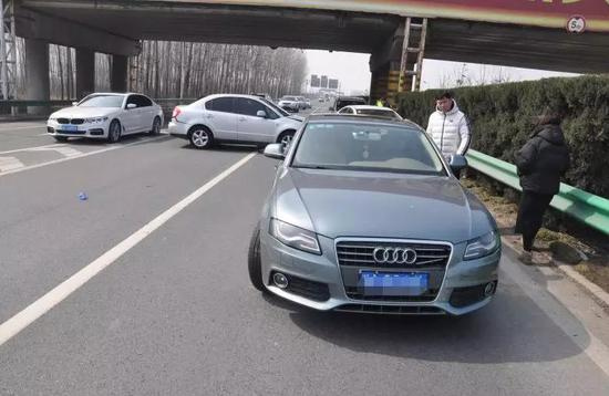 周口:高速上司机违规停车 瞬间4辆车撞成一团