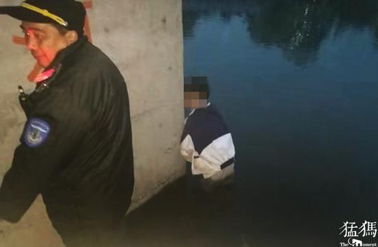 郑州一女孩跳入河水中直言不想活了 结局暖了
