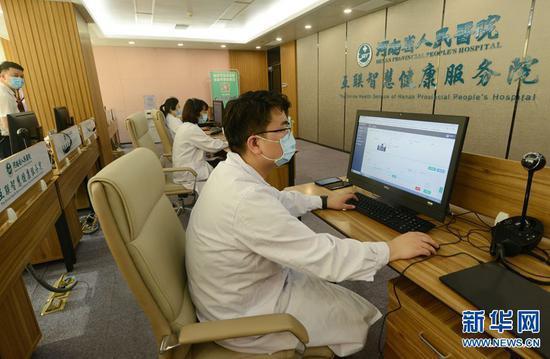 2020年5月21日,河南省人民医院互联智慧健康服务院办公室内,医生们正在网上和患者沟通。