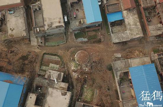 从前的墓冢周围全是空地,不允许建房。