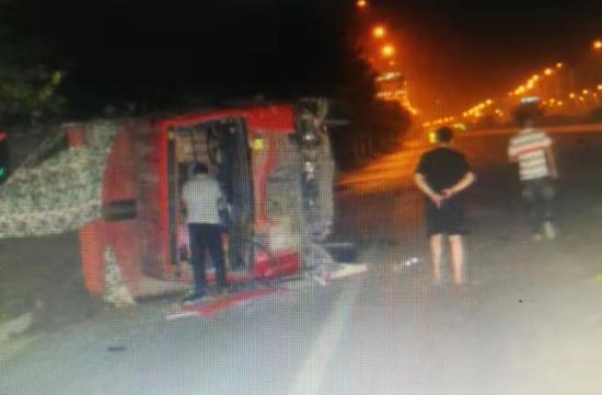 超载大货车凌晨撞上小轿车后侧翻 监控拍下恐怖瞬间