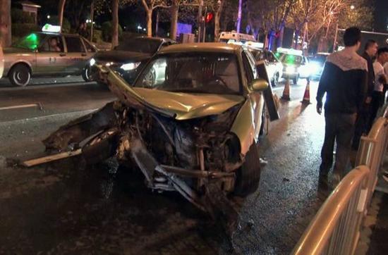 郑州宝马女_郑州宝马女司机疑似唱k后酒驾 连撞5车致5人受伤