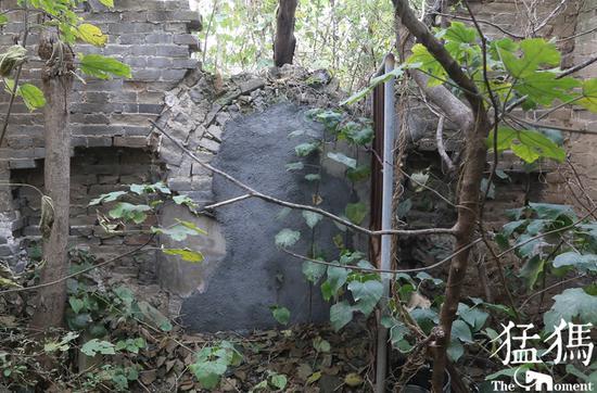 在保护房的北壁墓葬的入口处,为了保护壁画已经被水泥封死。