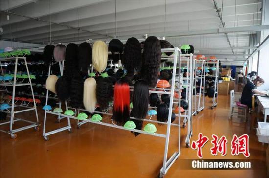 许昌某发制品工厂里已经完工的发套 韩章云 摄