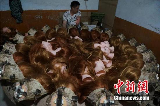 许昌化庄村,村民在家里加工制作教习头模。 韩章云 摄