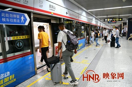 郑州地铁恢复运营首日(图)